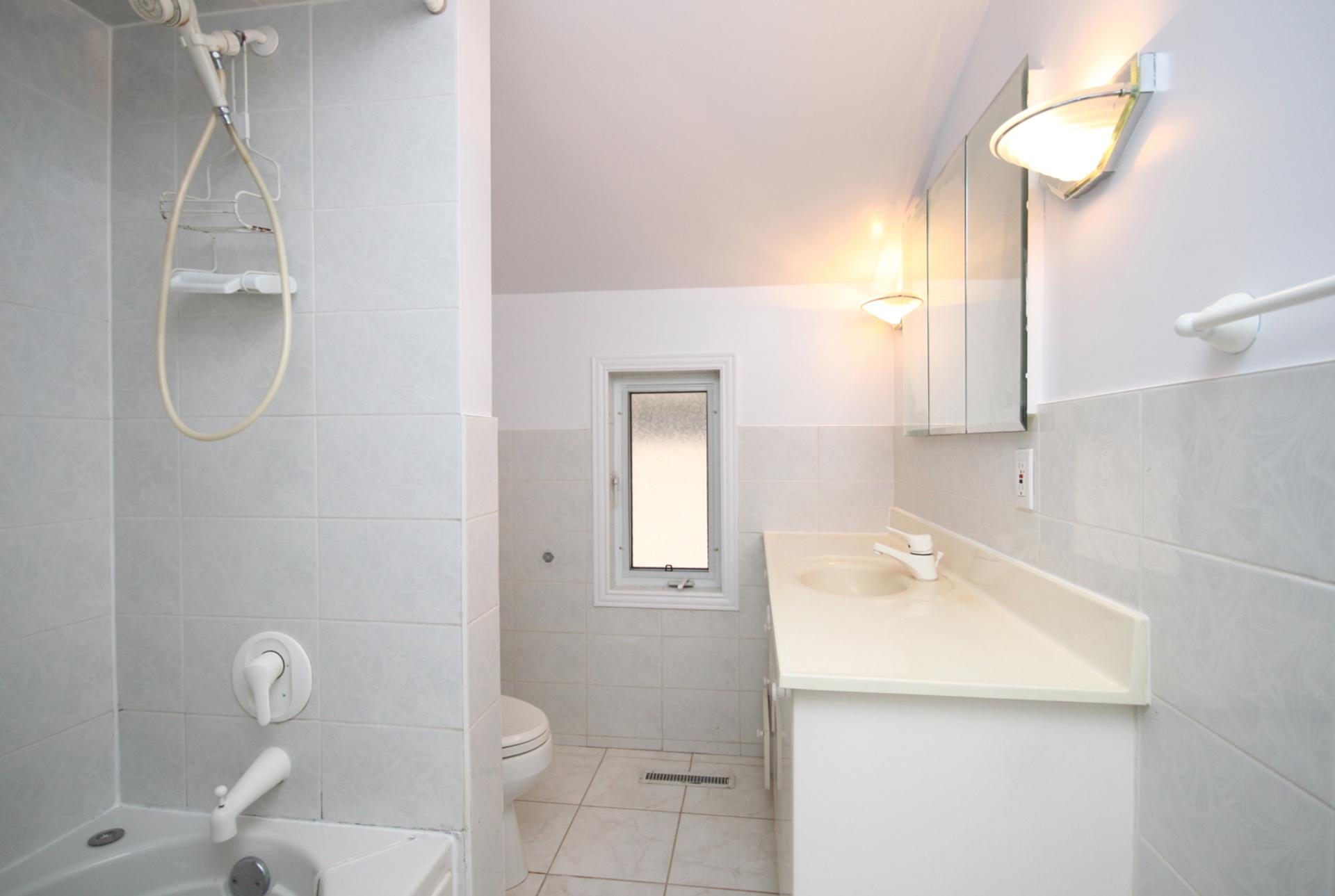 4 Piece Bathroom at 21 Oakley Boulevard, Bendale, Toronto