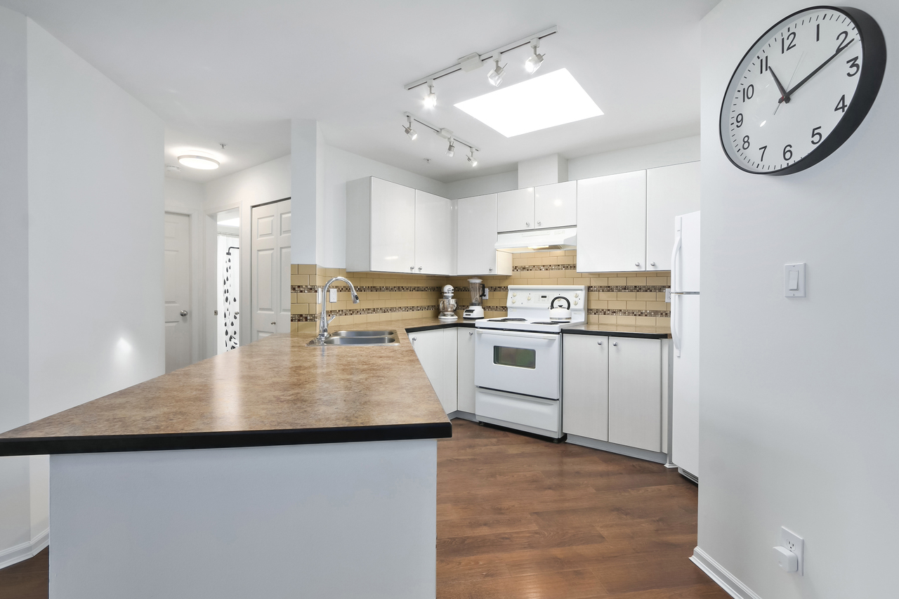 509-150 W. 22nd St - Kitchen at 509 - 150 W 22nd Street, Central Lonsdale, North Vancouver