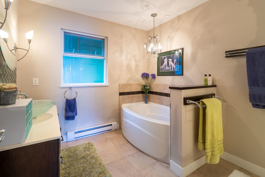 6194-s-gale-ave-master-bath-3-hdr at 6194 S Gale Avenue, Sechelt District, Sunshine Coast