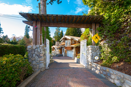 driveway entry at 2475 Palmerston Avenue, Dundarave, West Vancouver