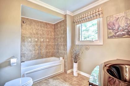 Bath at 243 Willowridge Court, Bronte East, Oakville