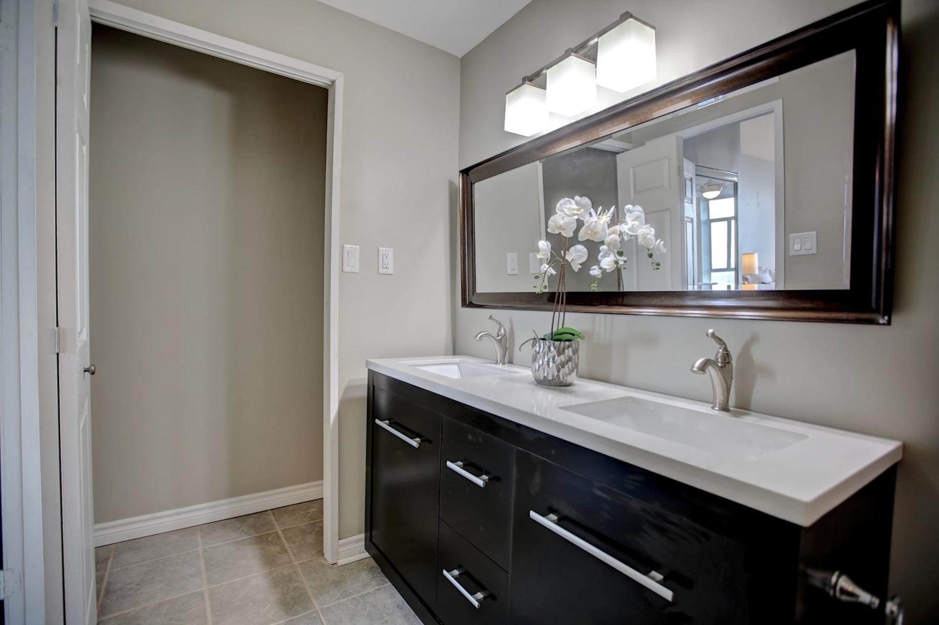 En-Suite Bath at 1809 - 5250 Lakeshore Road, Appleby, Burlington