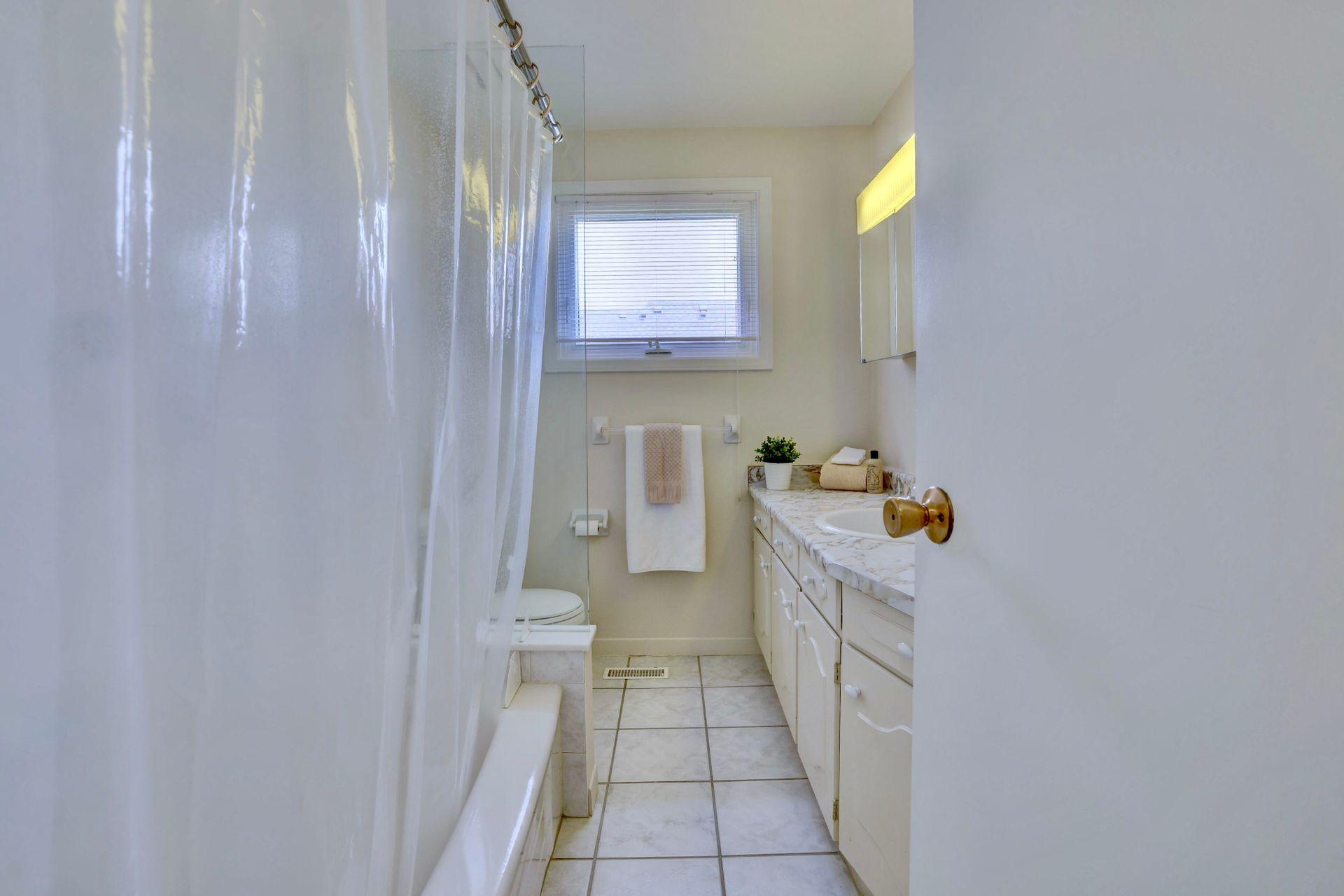 101-solingate-dr-oakville-main-bath at 101 Solingate Drive, Bronte West, Oakville
