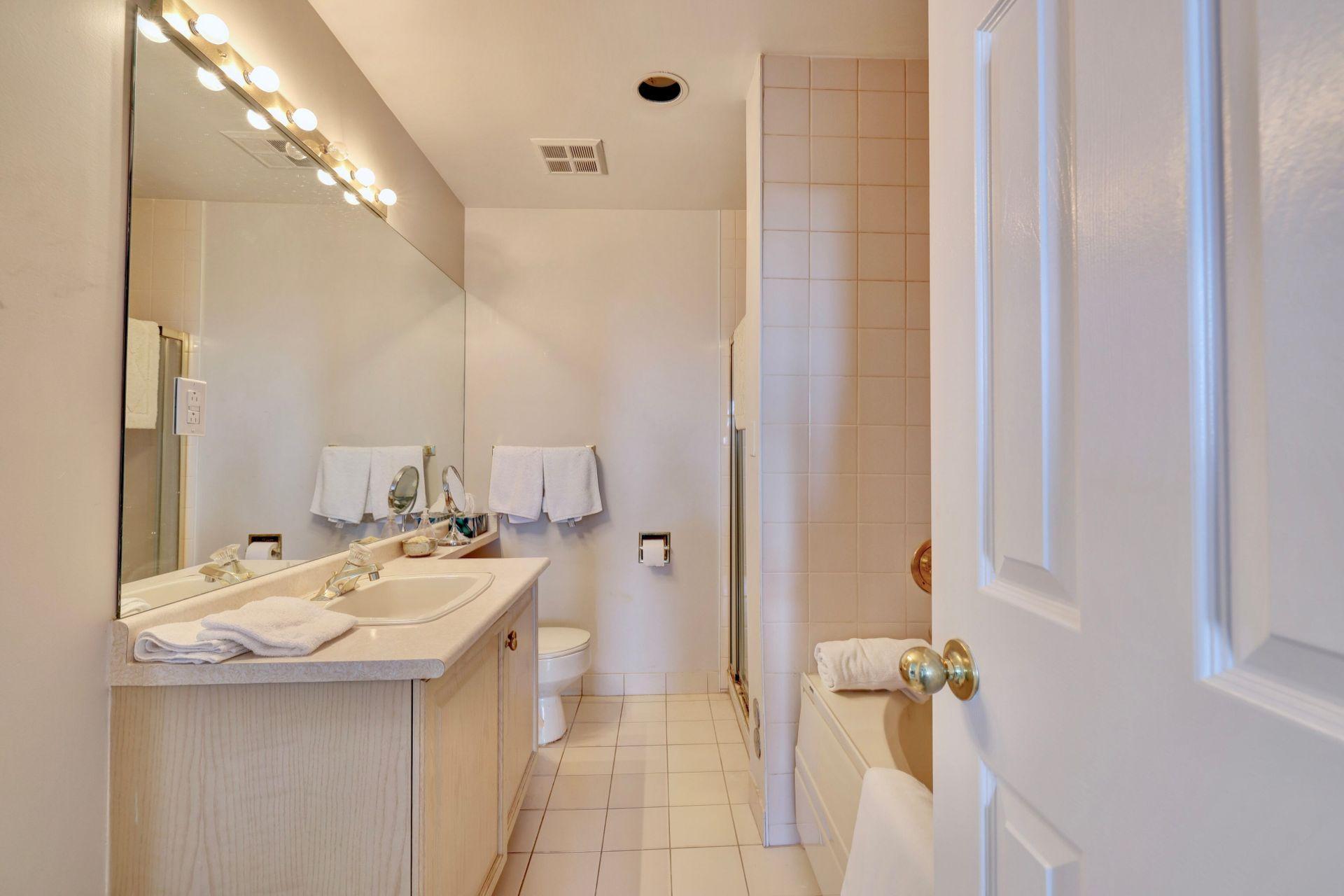 En Suite at 403 - 2511 Lakeshore Road West, Bronte West, Oakville