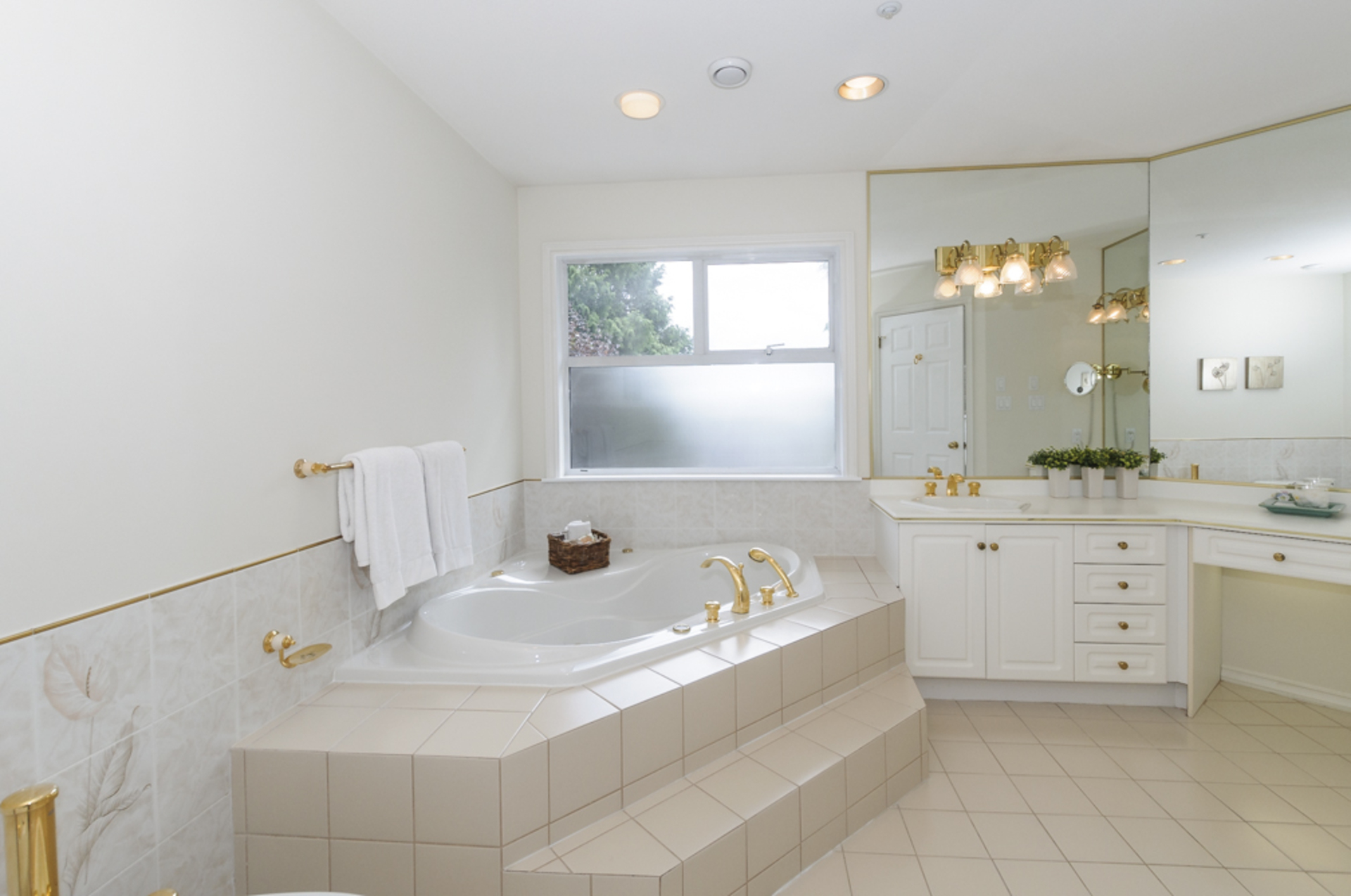 Bright and large Ensuite bath with full soaker tub at 1178 West 42nd Avenue, South Granville, Vancouver West