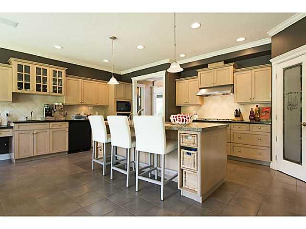 V1069330_601_18 at 920 Beaumont, Edgemont, North Vancouver