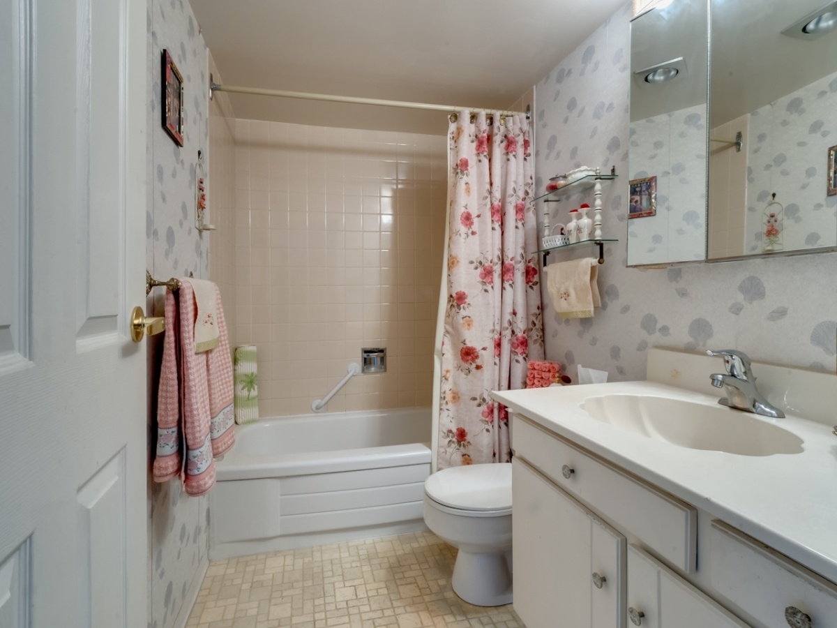 Bath.jpg at #905 - 555 13th Street, Ambleside, West Vancouver
