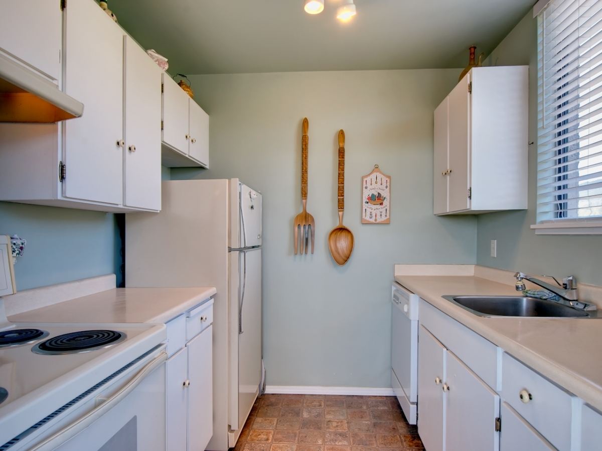 Kitchen.jpg at #905 - 555 13th Street, Ambleside, West Vancouver