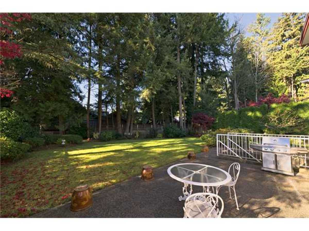 West facing secured back yard at 407 Inglewood Place, Cedardale, West Vancouver