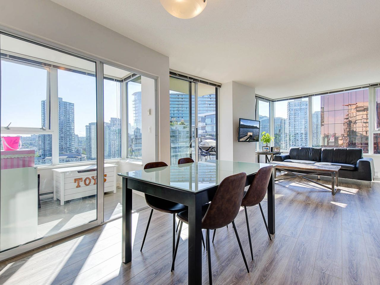 Bright SW corner unit at 2006 - 33 Smithe Street, Yaletown, Vancouver West