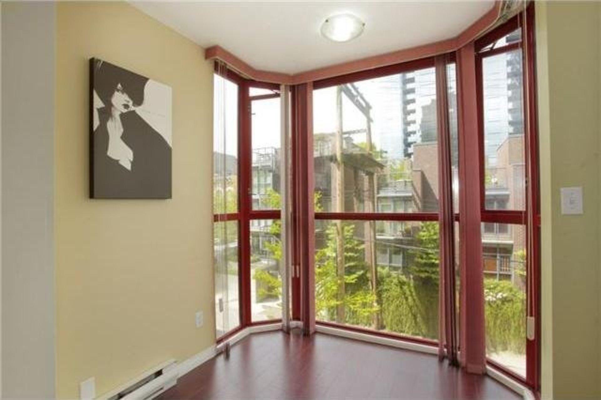 v967493-305-811-helmcken-8 at 605 - 811 Helmcken Street, Vancouver West