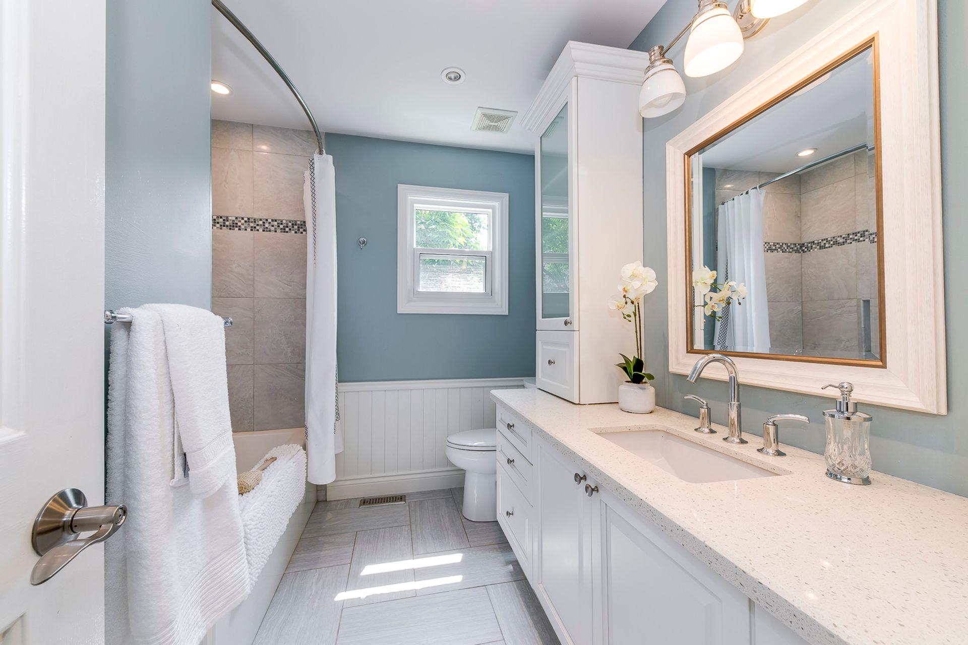 Main Bathroom - 2180 Dunvegan Ave, Oakville - Elite3 & Team at 2180 Dunvegan Avenue, Eastlake, Oakville