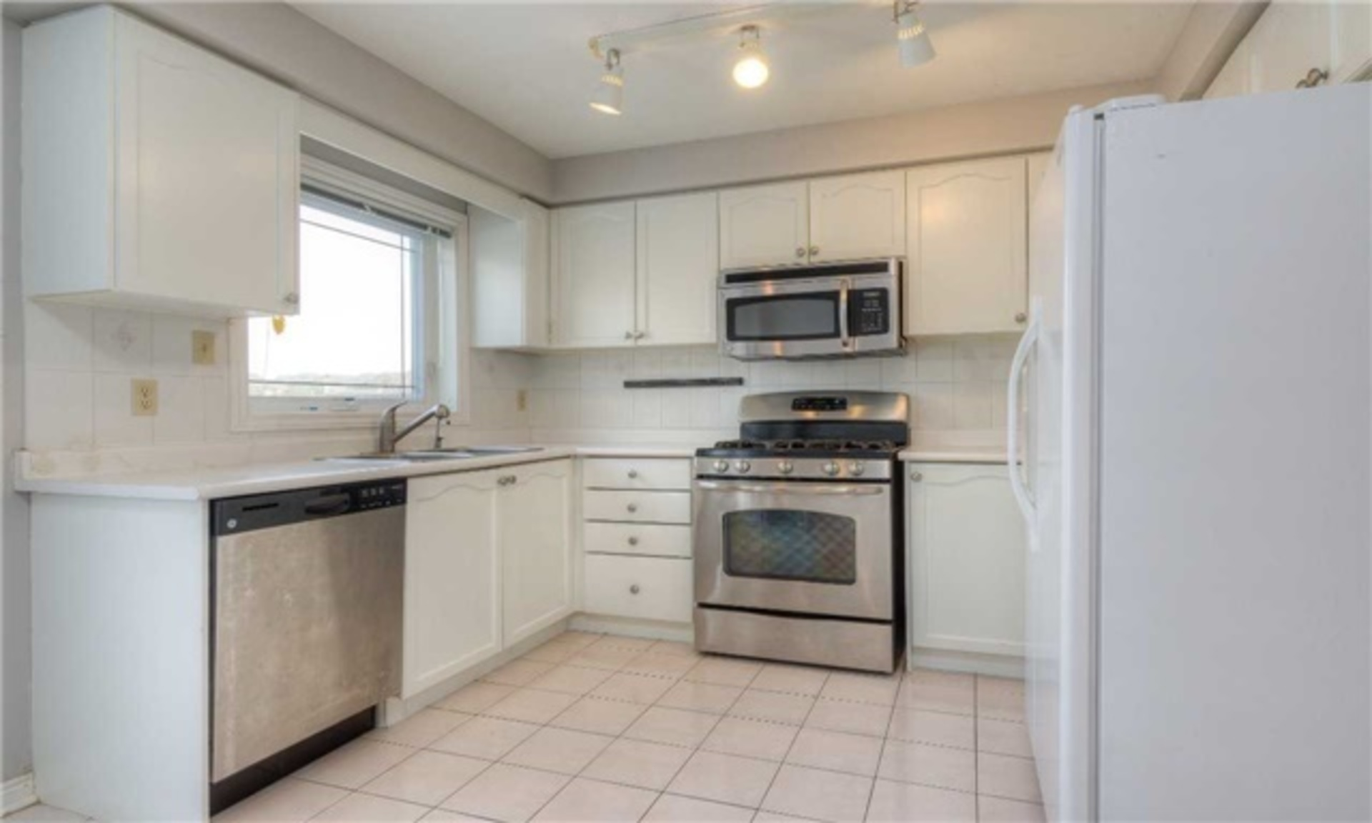 Kitchen at 5799 Tayside Crescent, Central Erin Mills, Mississauga