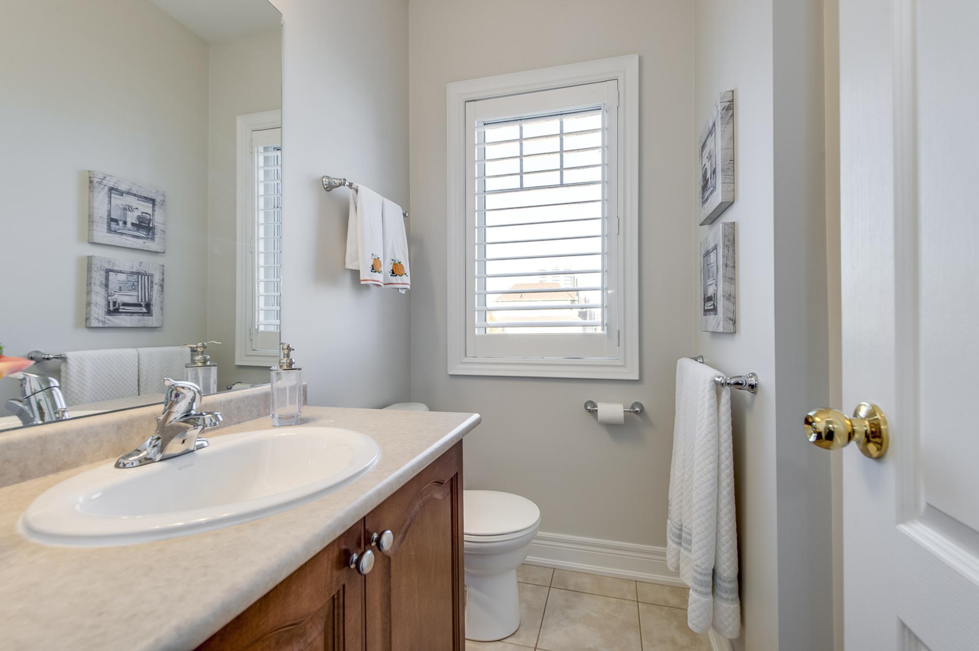 Main Bathroom - 2014 Lushes Ave, Mississauga - Elite3 & Team at 2014 Lushes Avenue, Clarkson, Mississauga