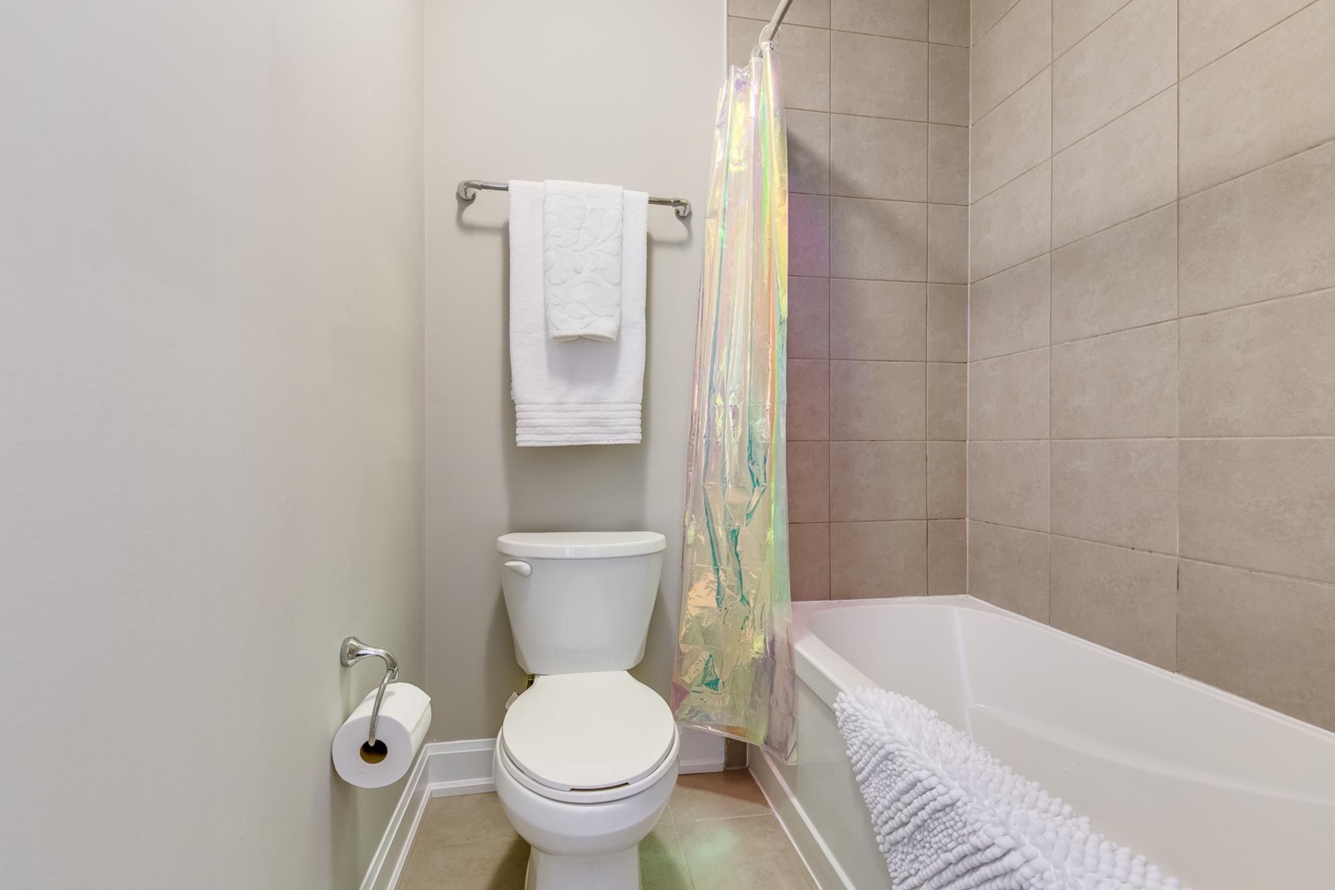 Main Bathroom - 379 Begonia Gardens, Oakville - Elite3 & Team at 379 Begonia Gardens, Rural Oakville, Oakville