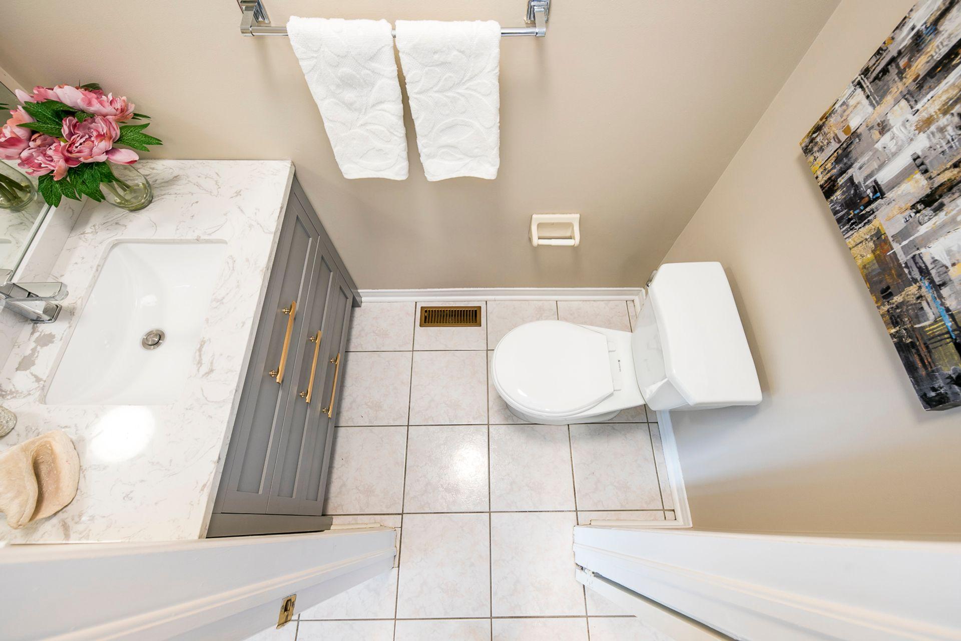 Powder Room - 2155 Village Squire Lane, Oakville - Elite3 & Team at 2155 Village Squire Lane, West Oak Trails, Oakville