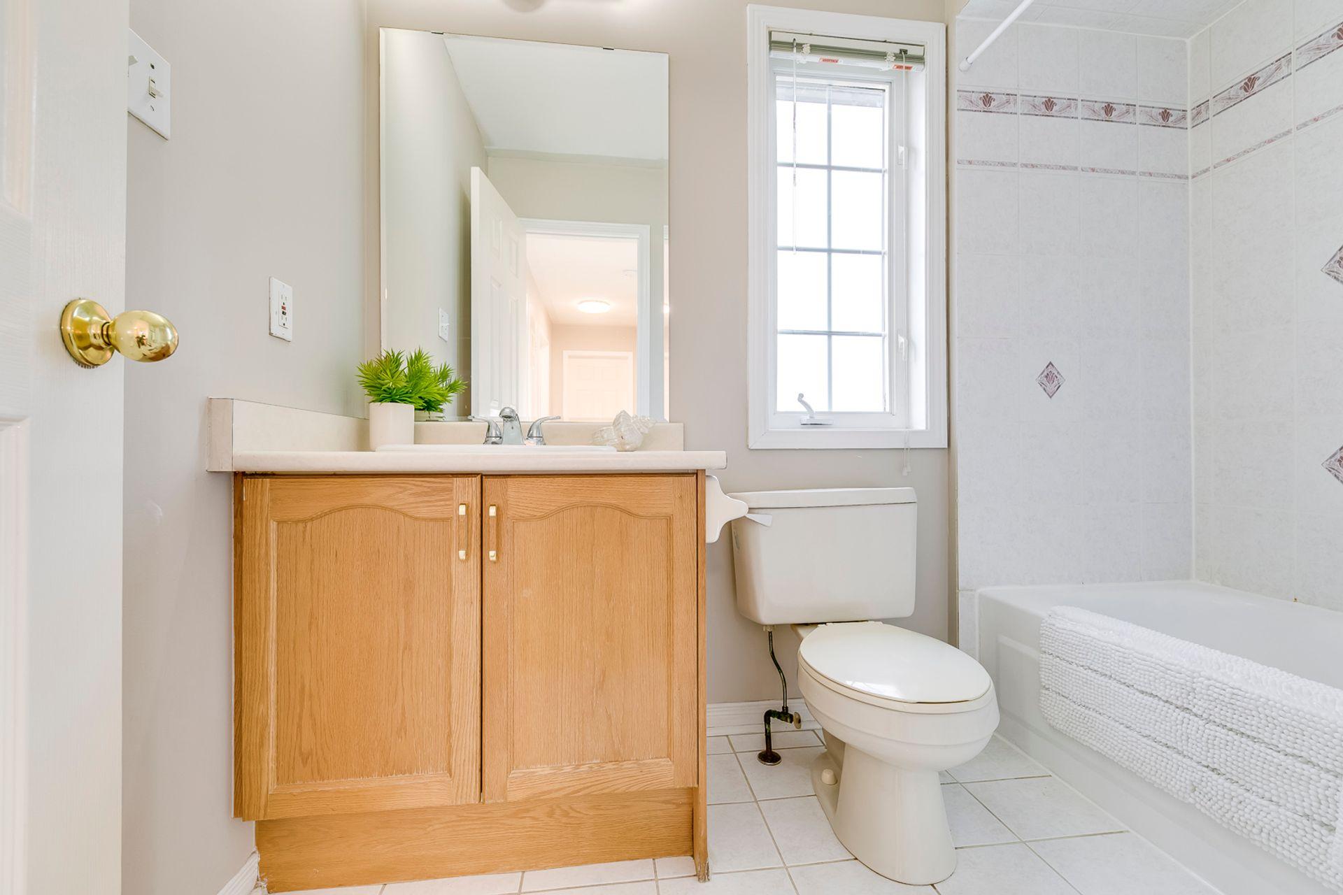 Main Bathroom - 2155 Village Squire Lane, Oakville - Elite3 & Team at 2155 Village Squire Lane, West Oak Trails, Oakville