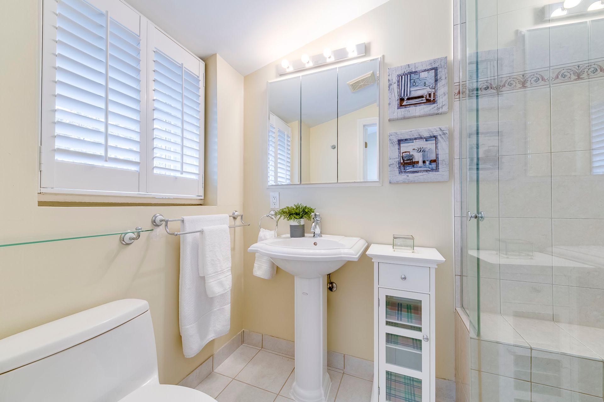 Main Bathroom - 398 Maple Grove Dr, Oakville - Elite3 & Team at 398 Maple Grove Drive, Eastlake, Oakville