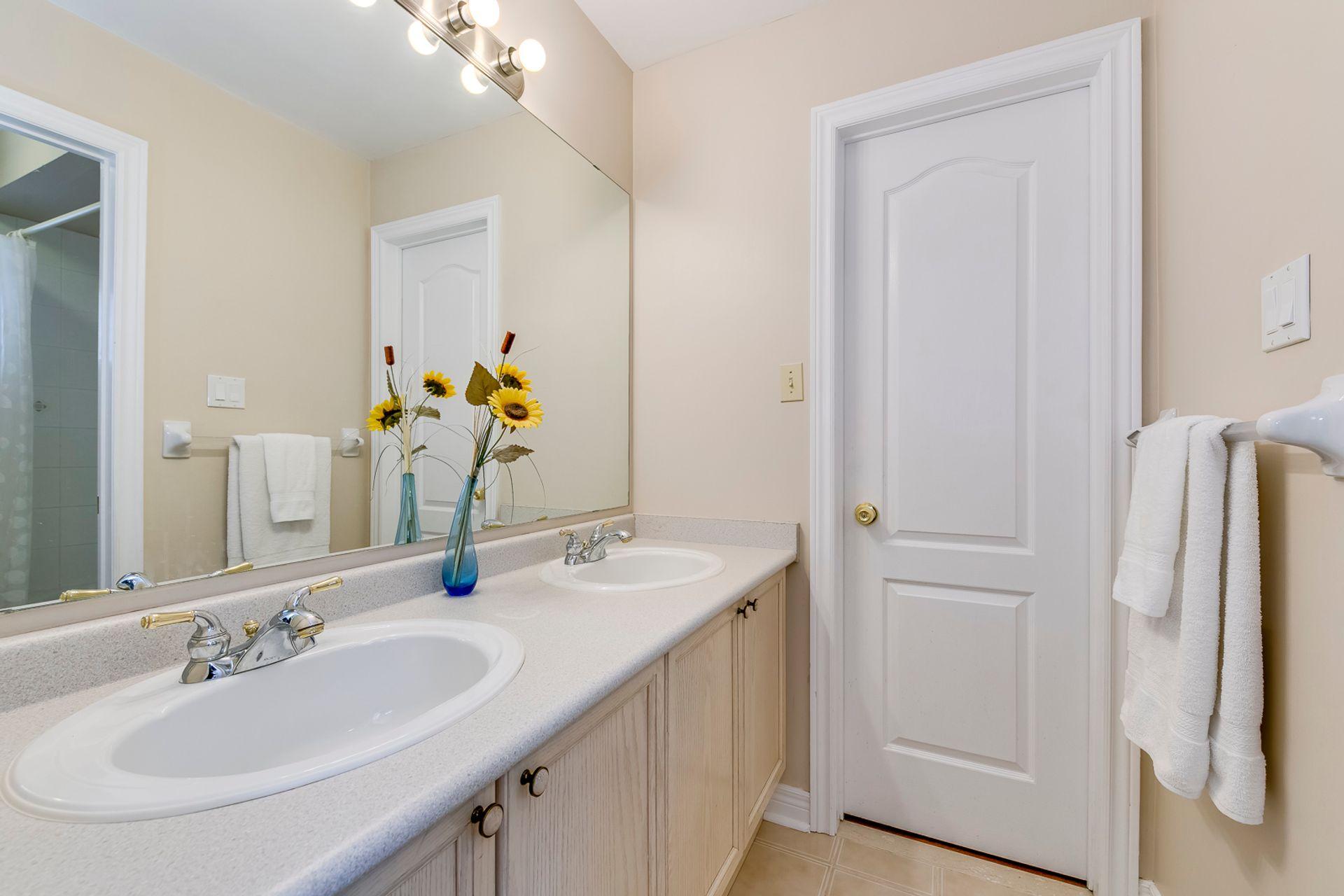 Jack & Jill Bathroom - 5156 Heatherleigh Ave, Mississauga - Elite3 & Team at 5156 Heatherleigh Avenue, East Credit, Mississauga