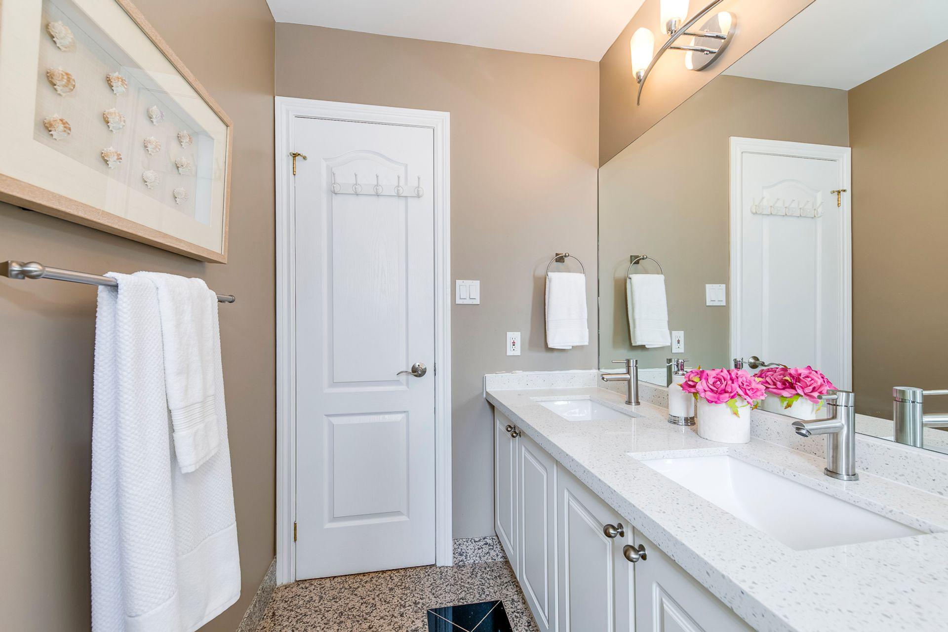 Main Bathroom - 7 - 840 Dundas St W, Mississauga - Elite3 & Team at 7 - 840 Dundas Street W, Erindale, Mississauga