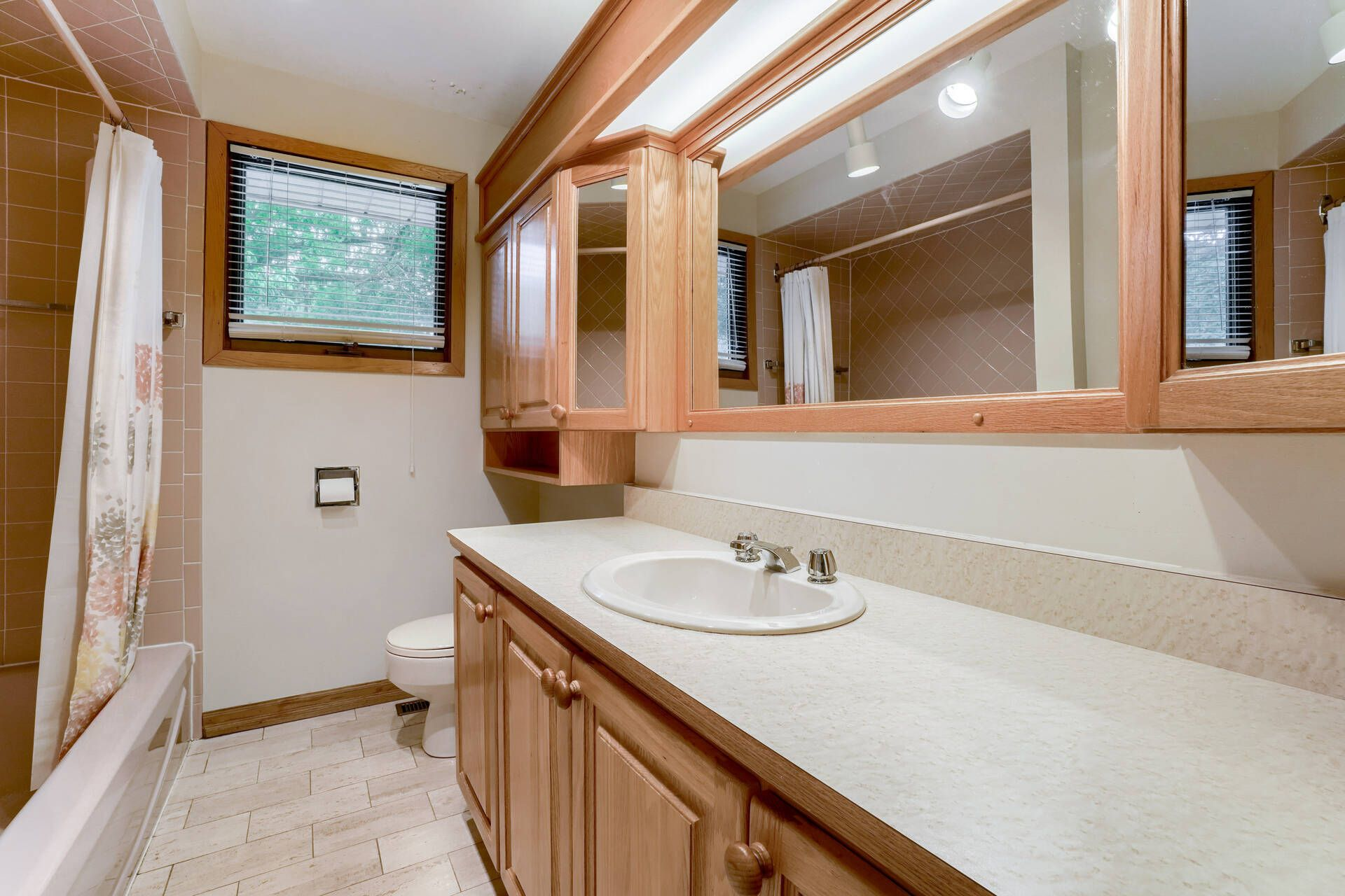 Main Bathroom - 169 Wedgewood Dr, Oakville - Elite3 & Team at 169 Wedgewood Drive, Eastlake, Oakville