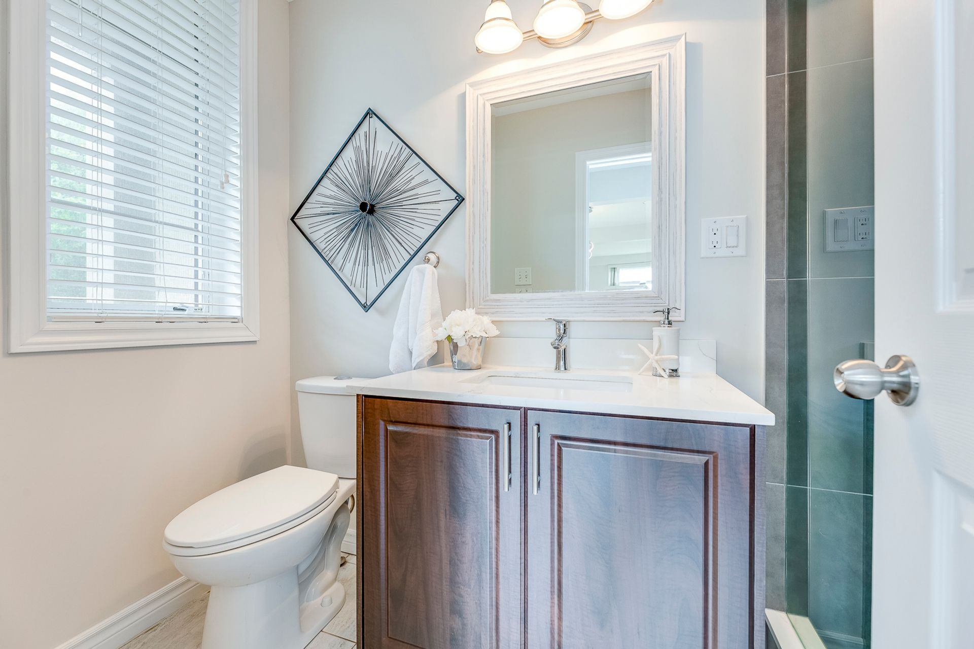 Main Bathroom- 2346 Whistling Springs Cres.- Elite3 & Team at 2346 Whistling Springs Crescent, West Oak Trails, Oakville