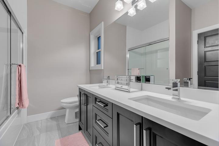 12-full-bathroom-on-upper at 5911 168a Street, Cloverdale BC, Cloverdale