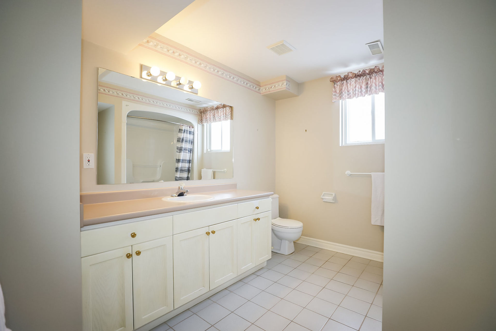 virtual-tour-292122-37 at 47 Colonial Cresent, Grimsby