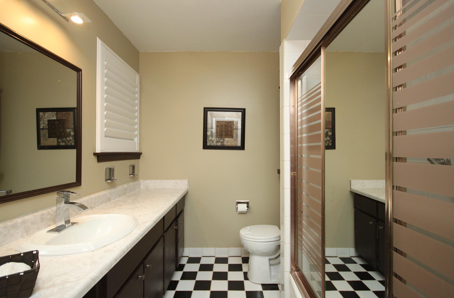 4 Piece Bathroom at 17 Royal Doulton Drive, Parkwoods-Donalda, Toronto