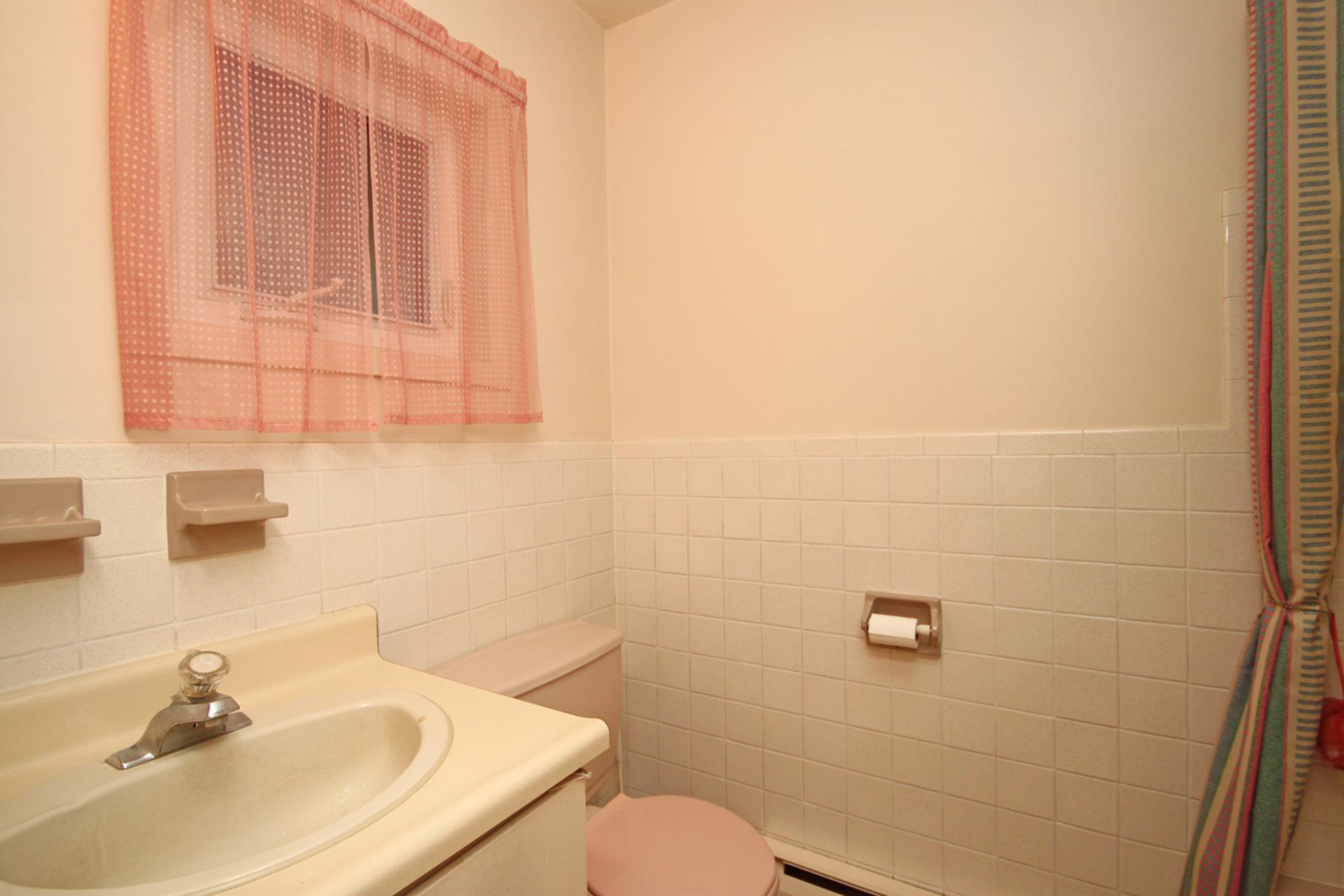 4 Piece Bathroom at 63 Hesketh Court, Victoria Village, Toronto
