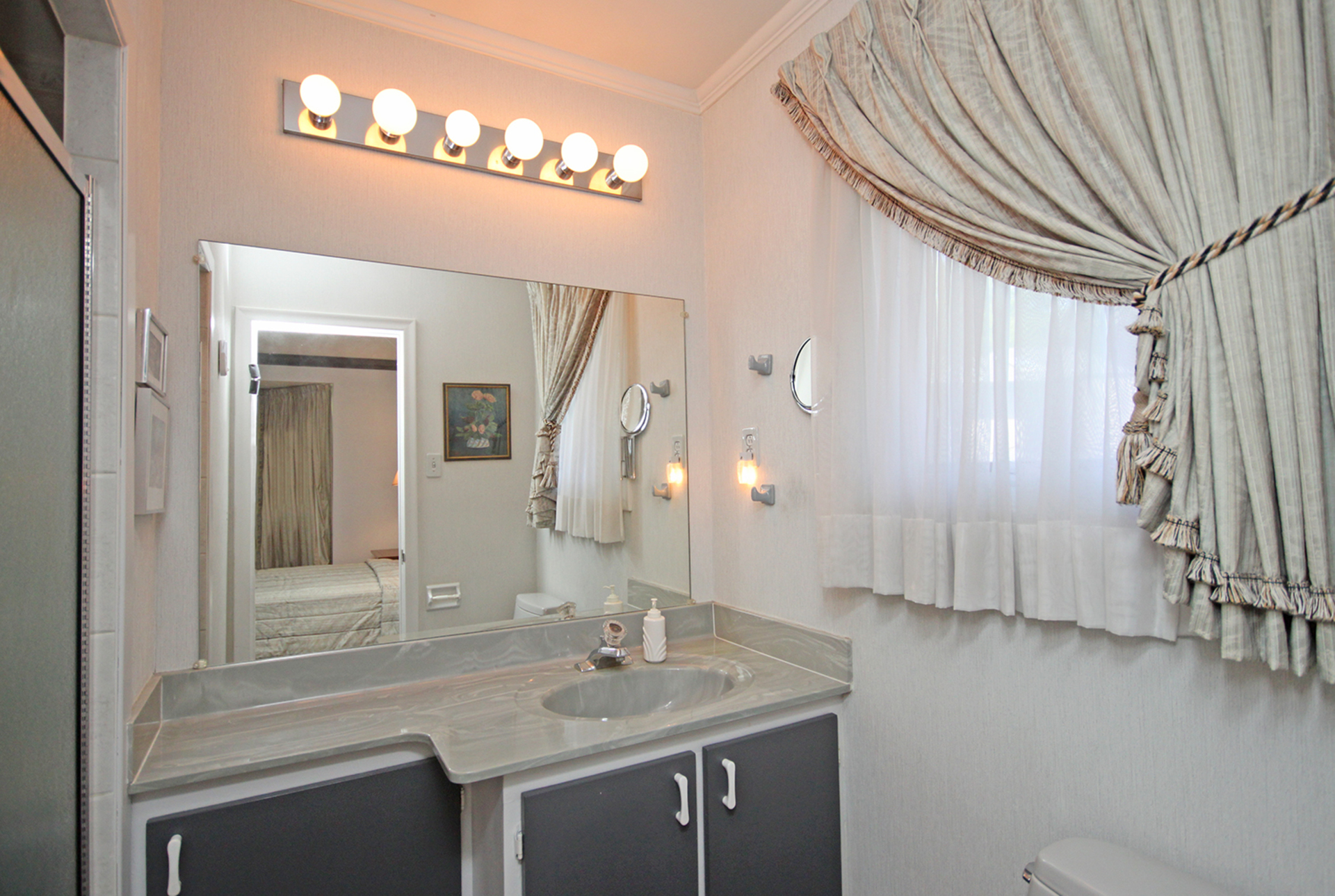 3 Piece Ensuite Bathroom at 9 Sandpiper Court, Parkwoods-Donalda, Toronto