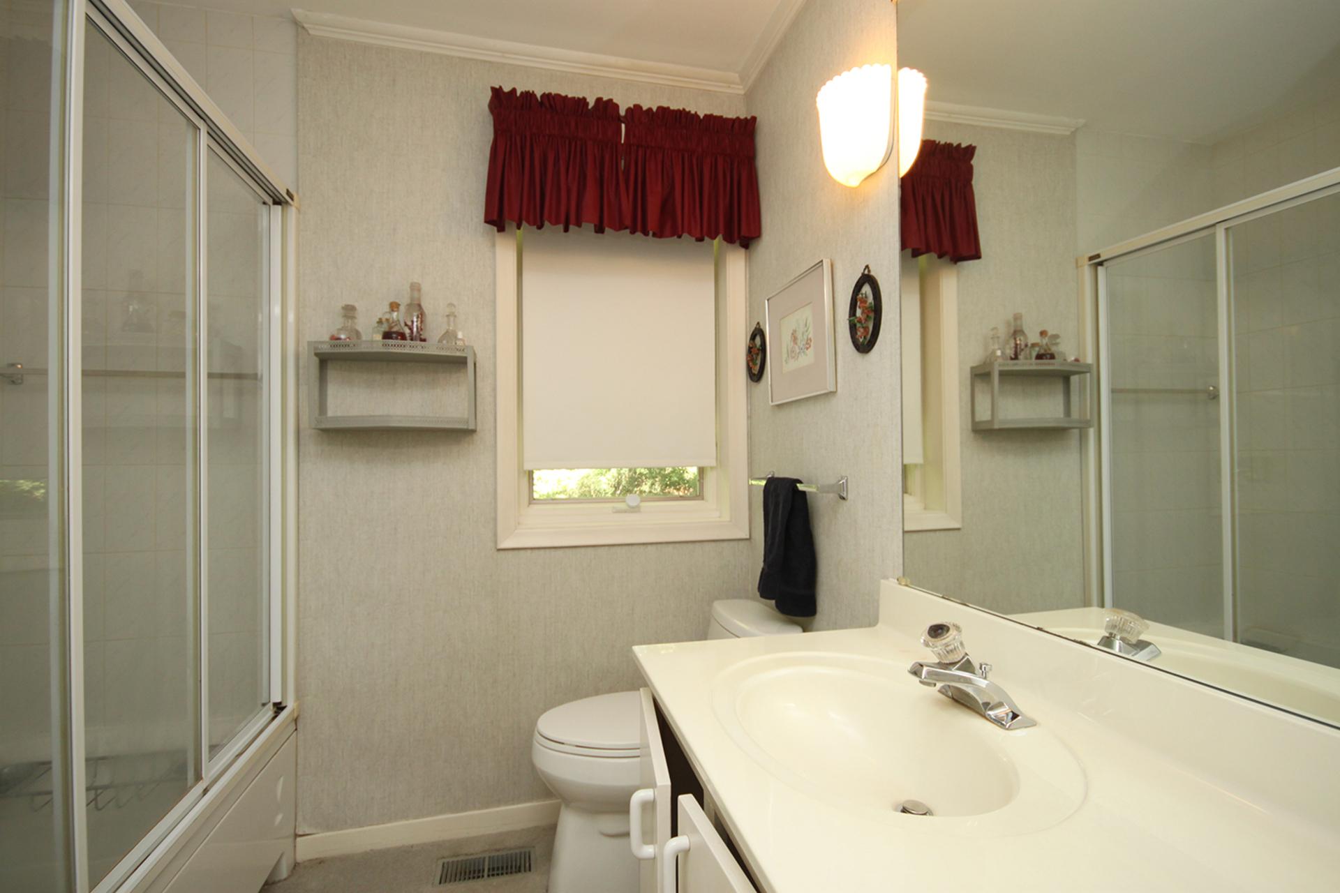 4 Piece Bathroom at 9 Sandpiper Court, Parkwoods-Donalda, Toronto