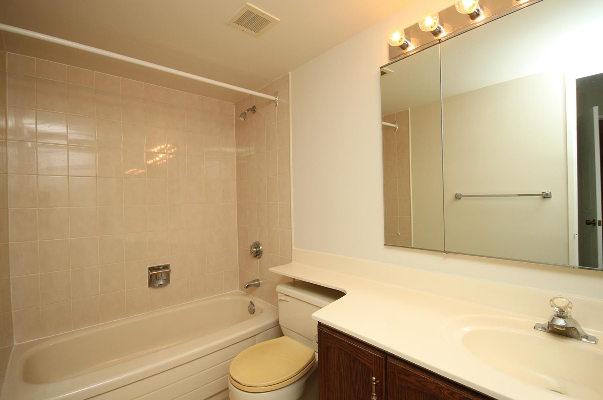 4 Piece Ensuite Bathroom at 606 - 275 Bamburgh Circle, Steeles, Toronto