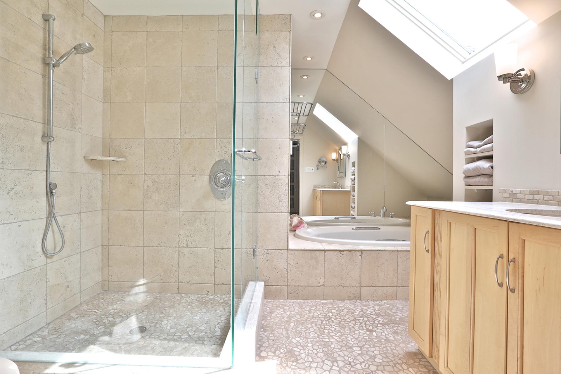 4 Piece Ensuite Bathroom at 32 Geraldine Court, Parkwoods-Donalda, Toronto