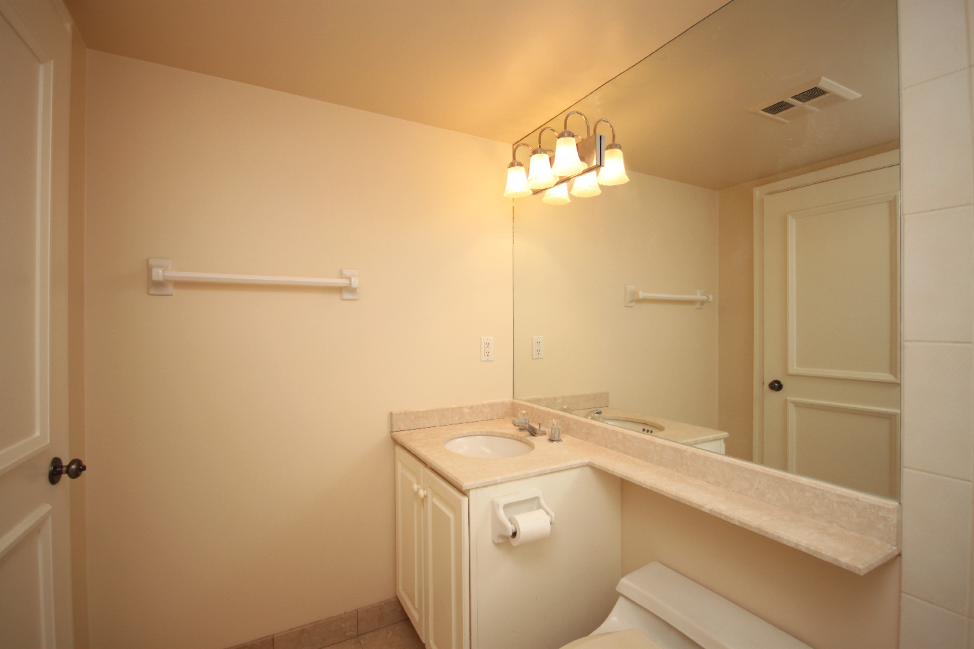 4 Piece Bathroom at 319 - 3800 Yonge Street, Bedford Park-Nortown, Toronto