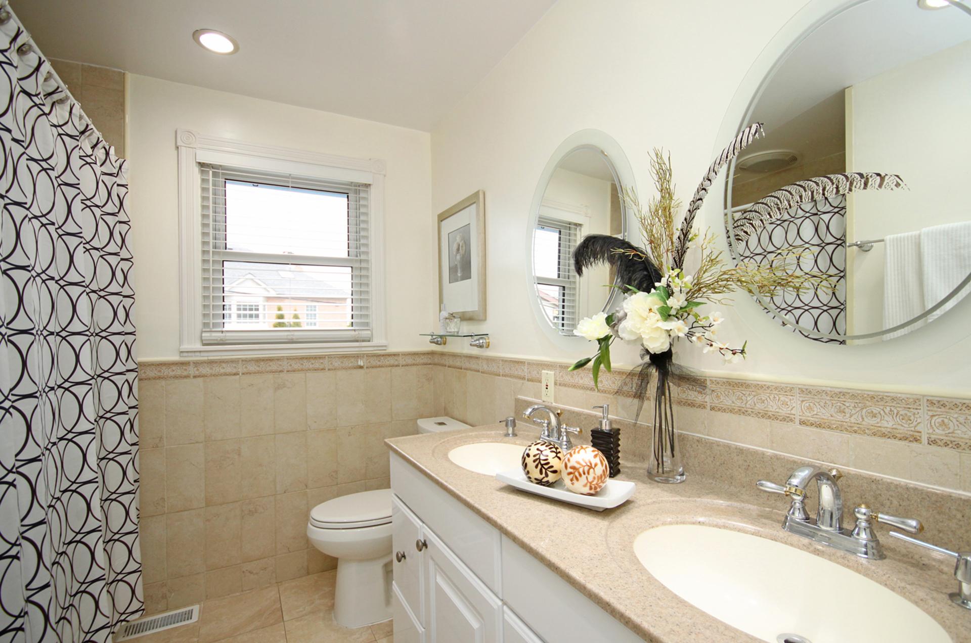 5 Piece Bathroom at 10 Fairhill Crescent, Parkwoods-Donalda, Toronto