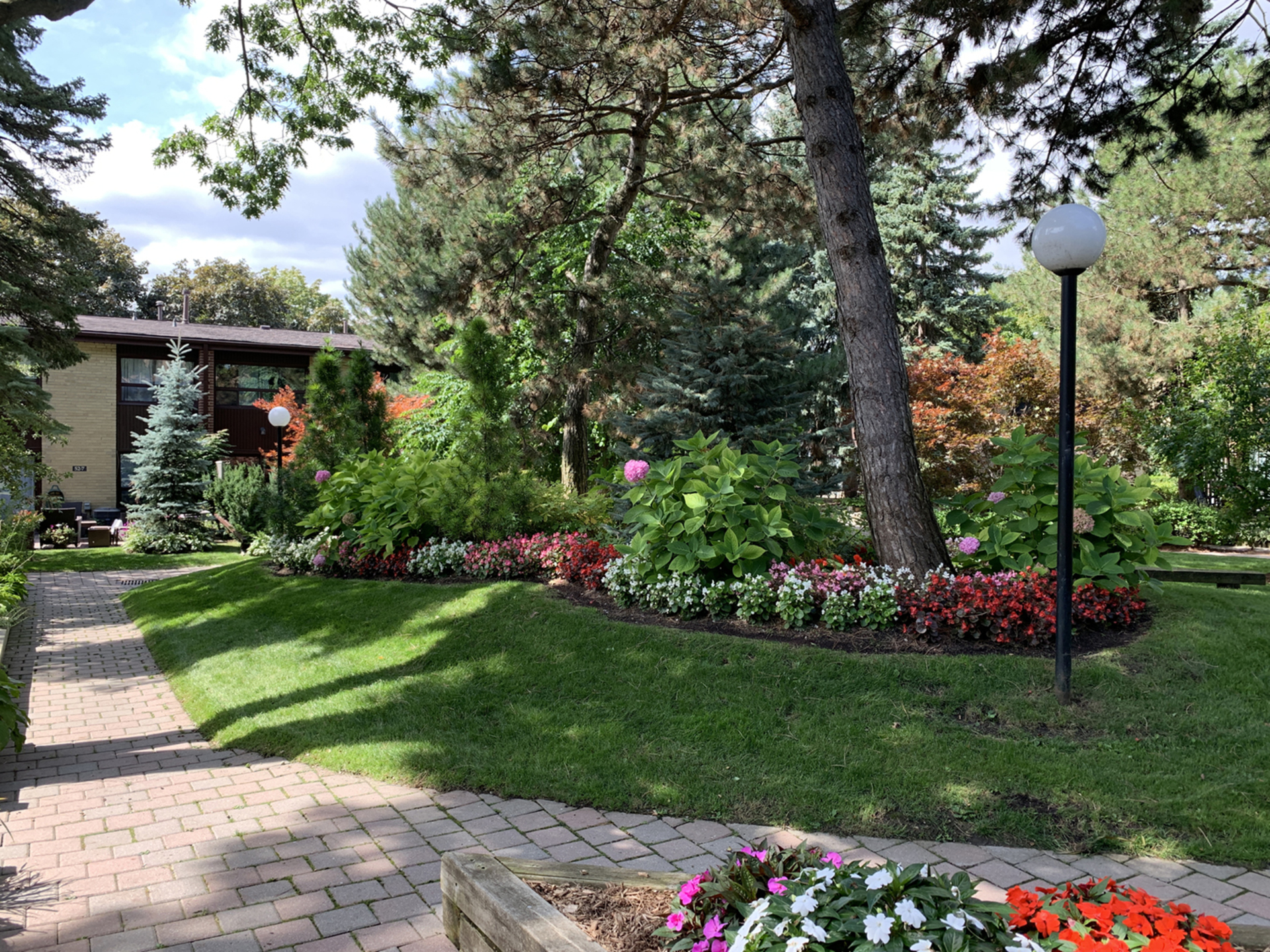 Courtyard at 3 - 54 Three Valleys Drive, Parkwoods-Donalda, Toronto