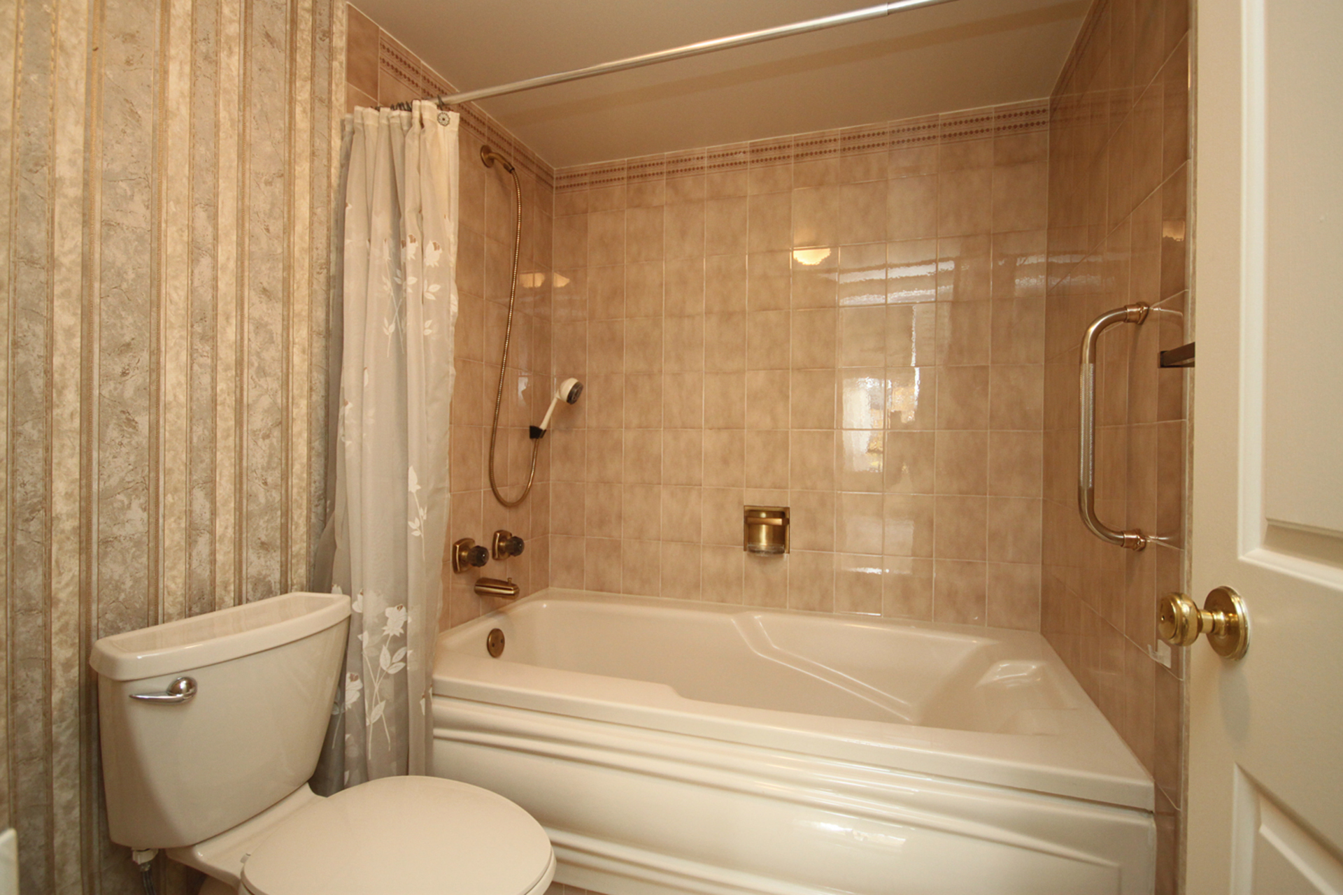 4 Piece Ensuite Bathroom at 508 - 245 The Donway W, Banbury-Don Mills, Toronto