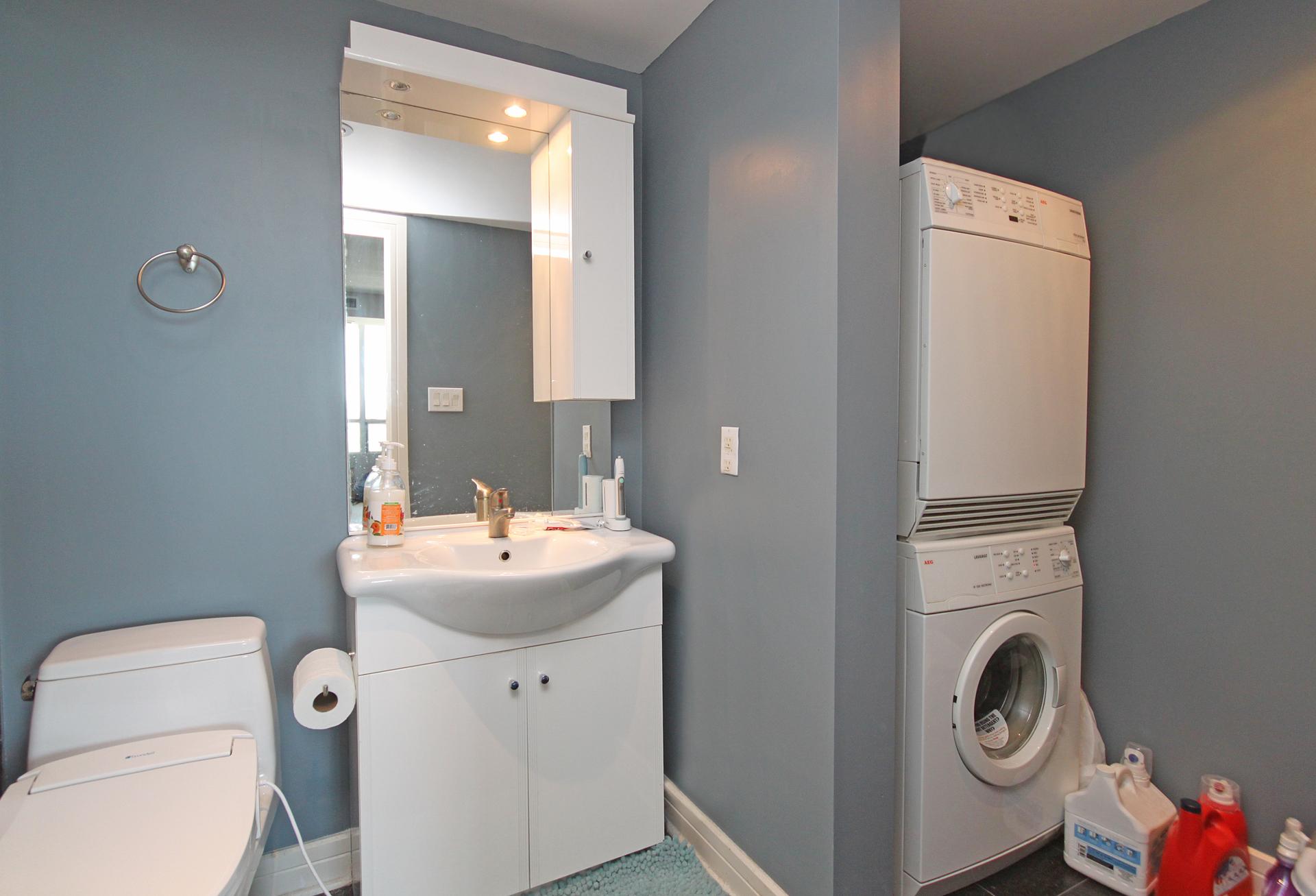 4 Piece Ensuite & Laundry at 906 - 1 Avondale Avenue, Willowdale East, Toronto