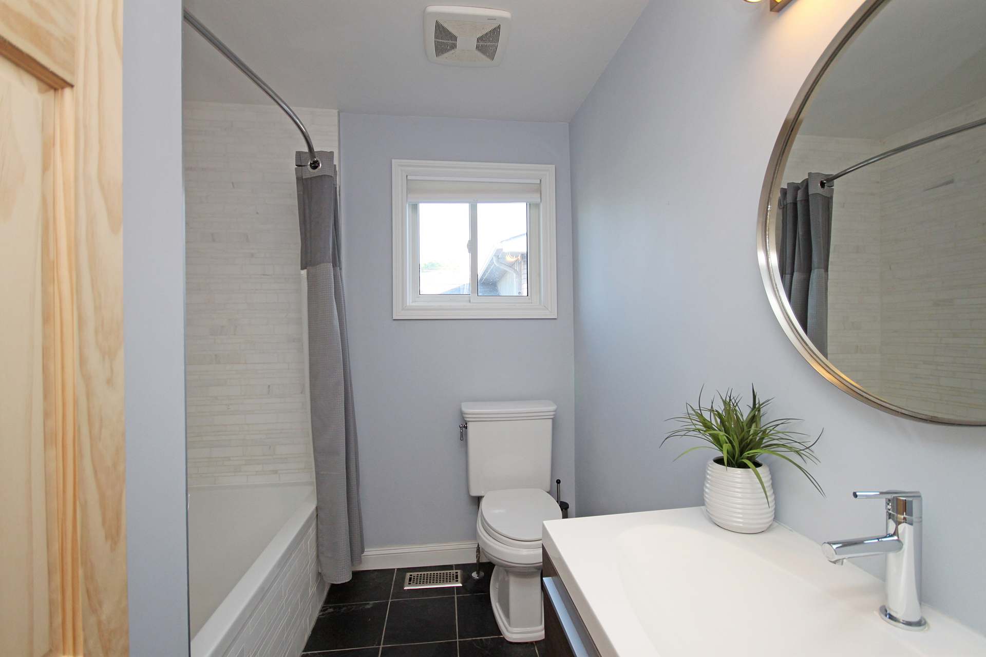 4 Piece Bathroom at 5 Whitefriars Drive, Parkwoods-Donalda, Toronto