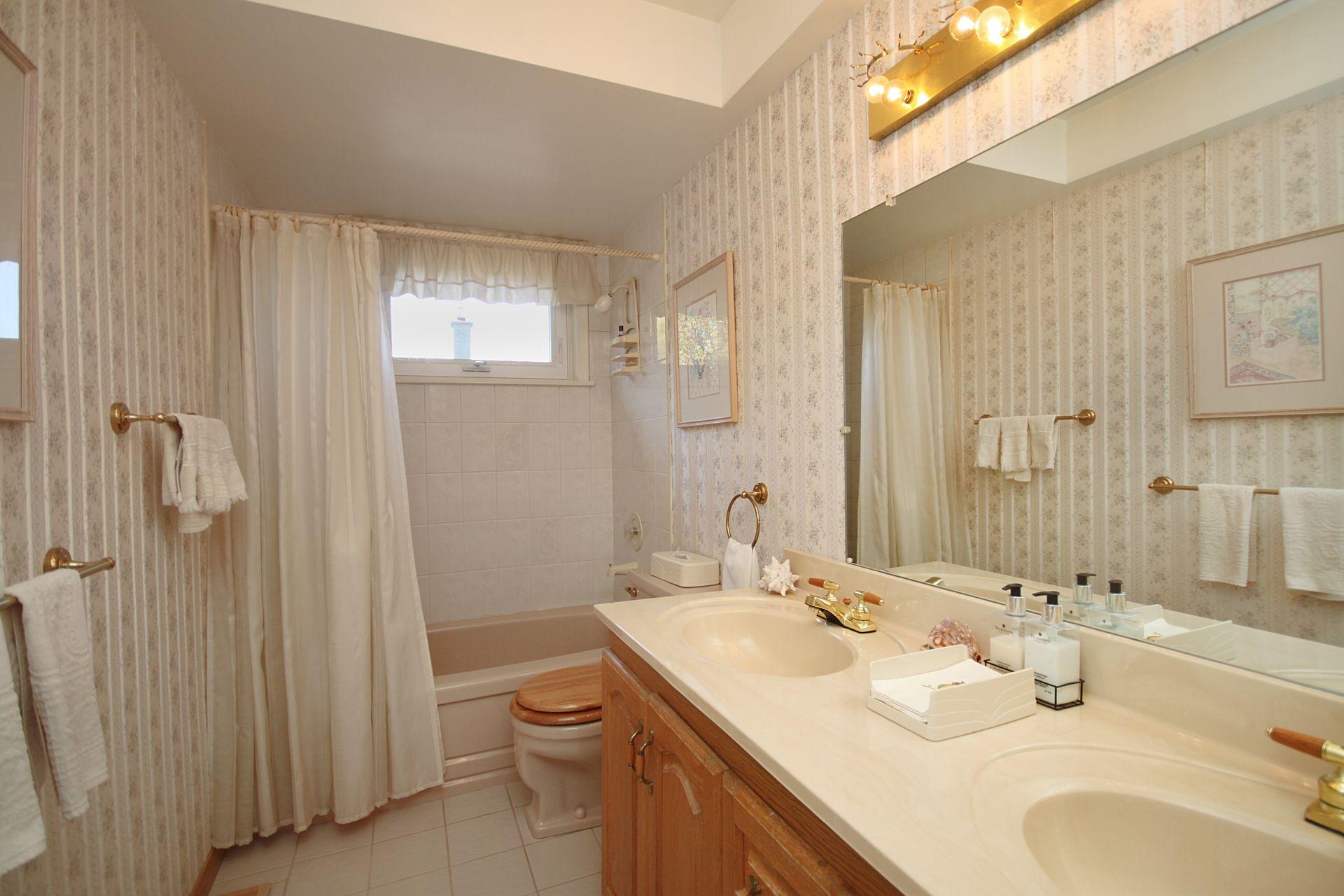 5 Piece Bathroom at 17 Olsen Drive, Parkwoods-Donalda, Toronto