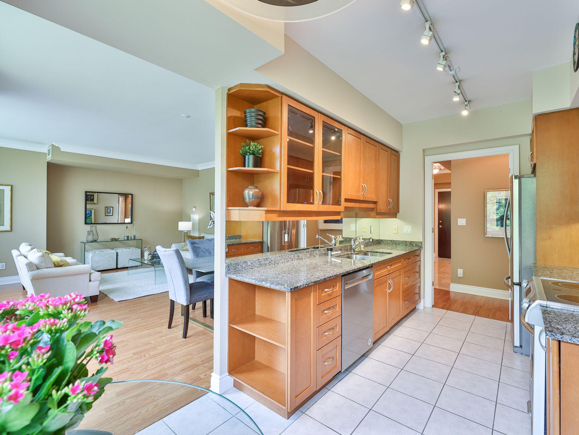 Kitchen at 914 - 38 William Carson Crescent, St. Andrew-Windfields, Toronto