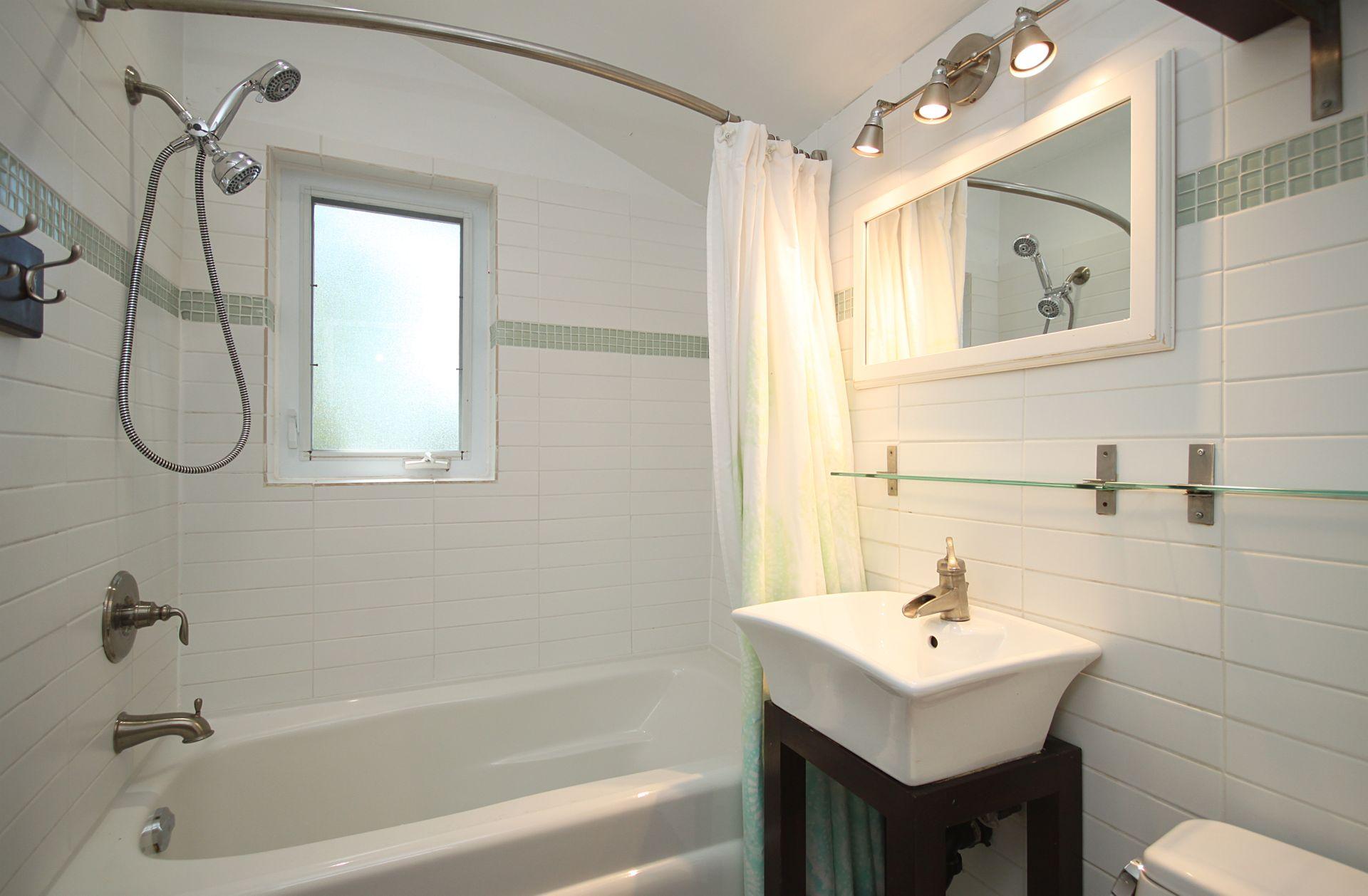 4 Piece Bathroom at 214 Three Valleys Drive, Parkwoods-Donalda, Toronto