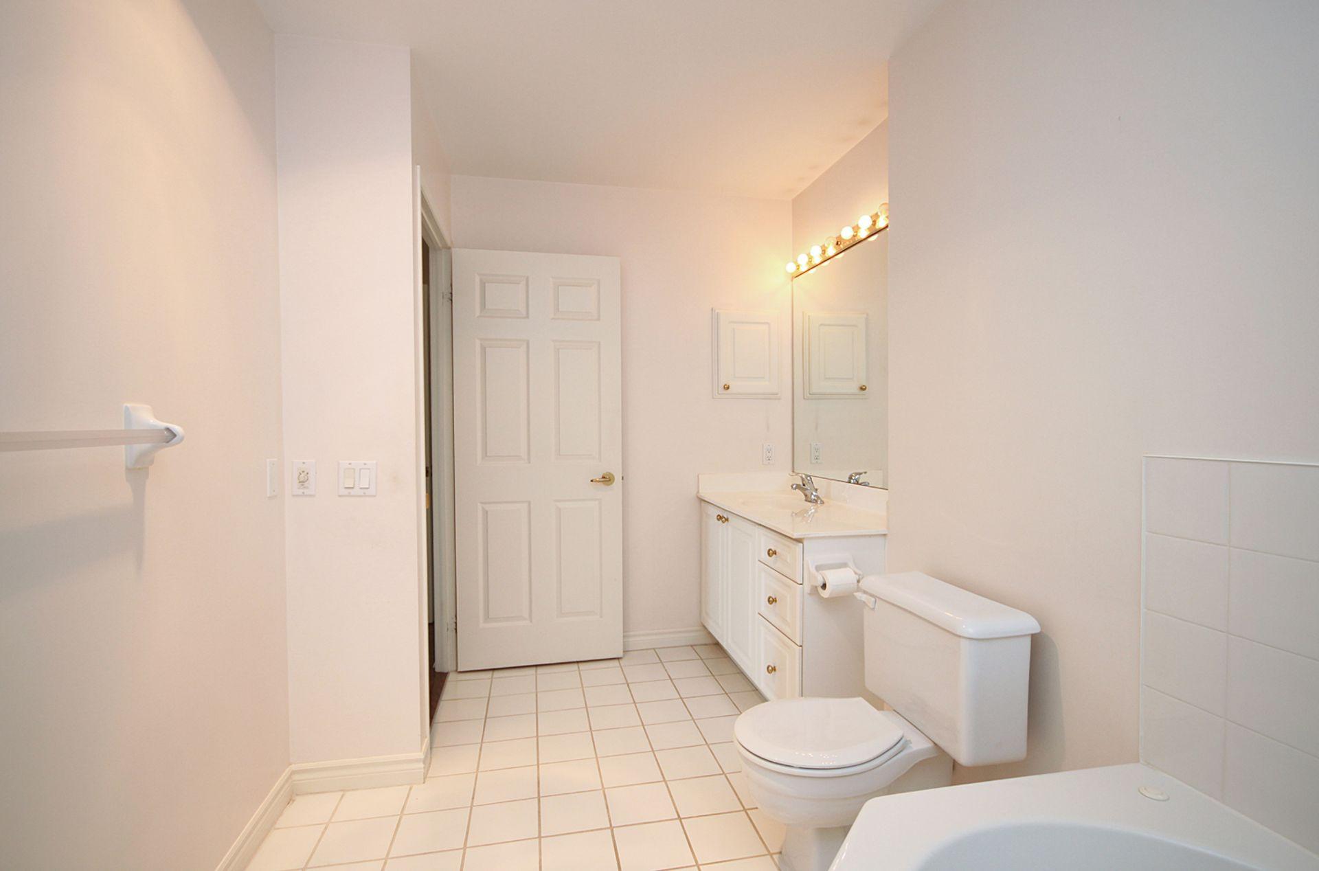 4 Piece Ensuite Bathroom at 810 - 18 Concorde Place, Banbury-Don Mills, Toronto