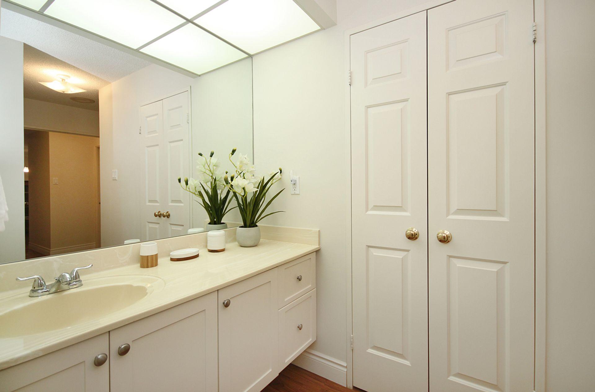 4 Piece Ensuite Bathroom at 209 - 131 Beecroft Road, Lansing-Westgate, Toronto
