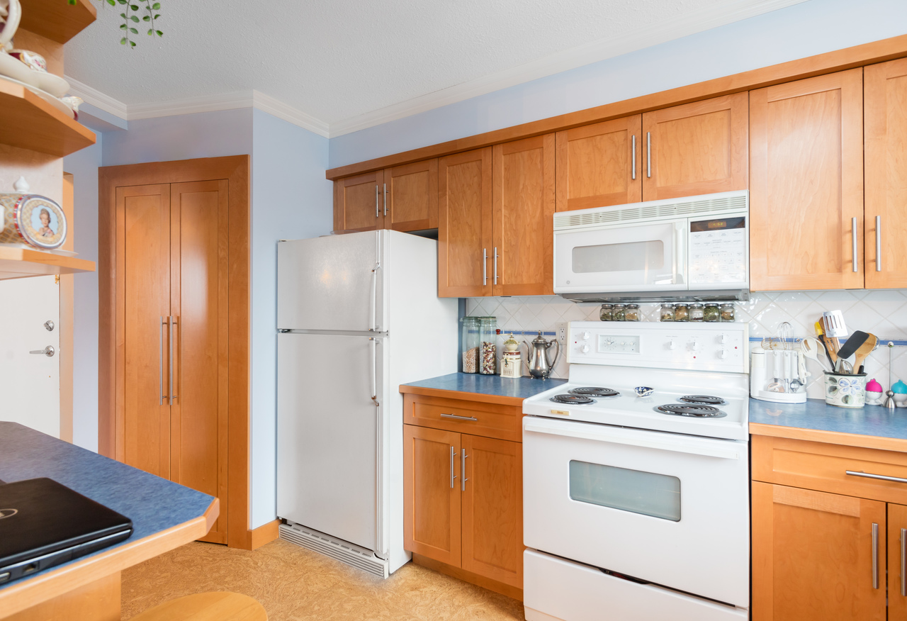 601-1390-duchess-ave-kitchen2 at 601 - 1390 Duchess Avenue, Ambleside, West Vancouver