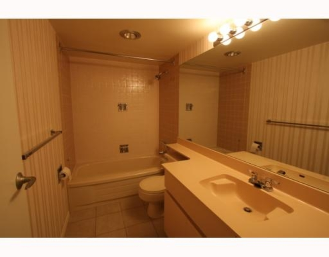 903-2167 Bellevue Ave Bath at 903 - 2167 Bellevue Avenue, Dundarave, West Vancouver
