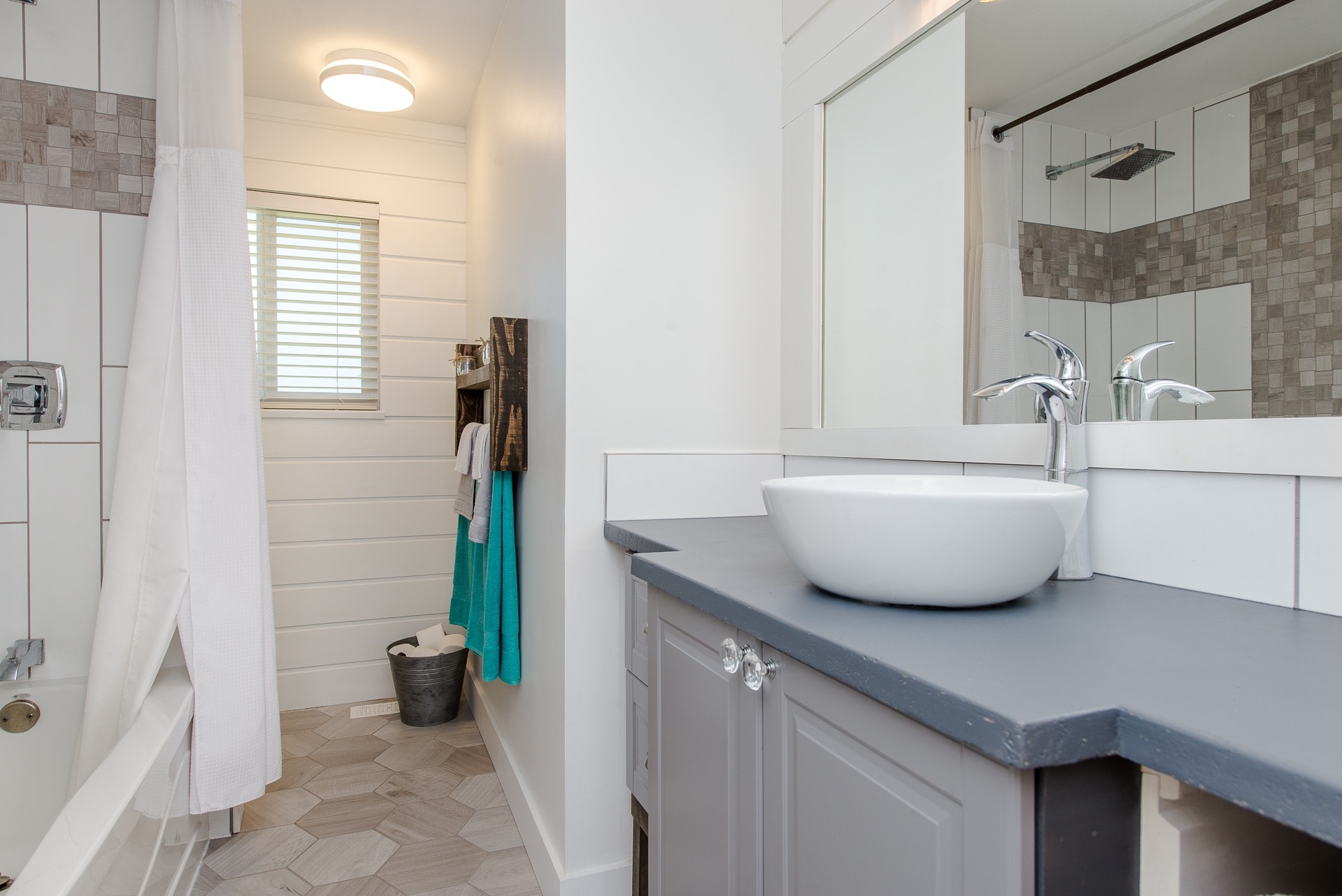 Main Bathroom at 34943 Cassiar Avenue, Abbotsford East, Abbotsford
