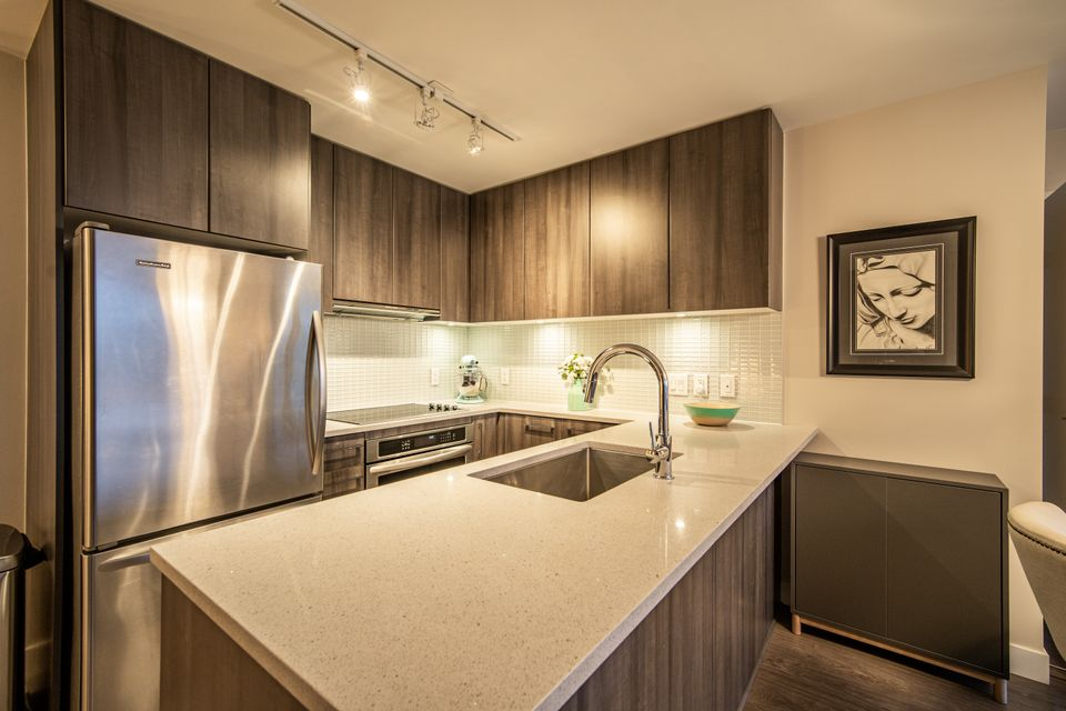 Kitchen Island at 910 - 668 Columbia Street, Quay, New Westminster
