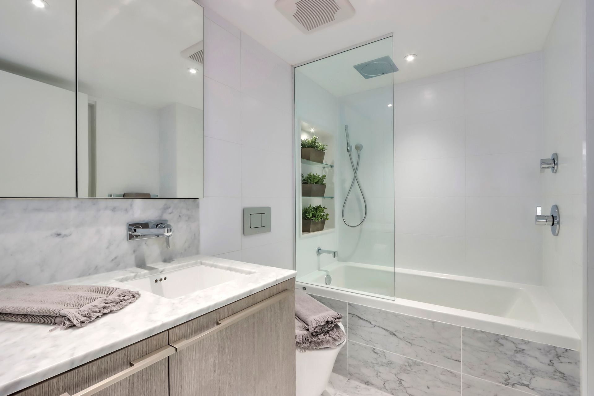16 at 1211 - 1111 Richards Street, Yaletown, Vancouver West